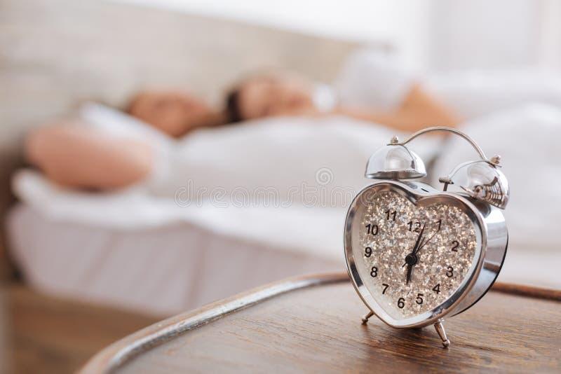 Selektiv fokus på ringklockan med par som bakom sover arkivfoton