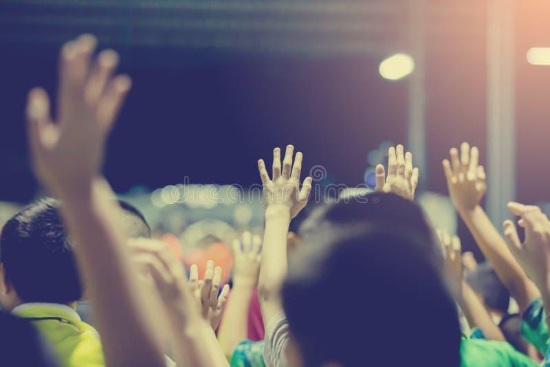 Selektiv fokus till asiatiska pojkehänder upp eller lyftta händer royaltyfri bild