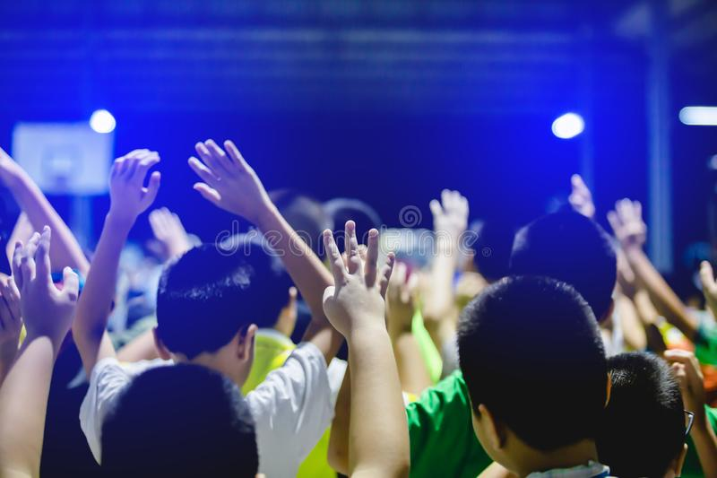 Selektiv fokus till asiatiska pojkehänder upp eller lyftta händer arkivfoto
