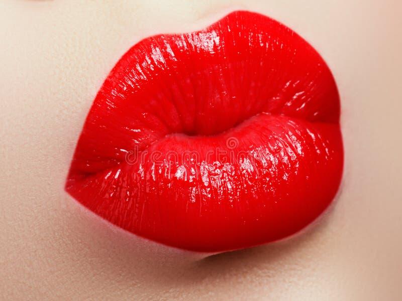 selektiv skönhetsmedelfokusmakeup Röd kantglans och läppstift Modekantmakeup Sinnlig kvinnlig mun arkivbilder