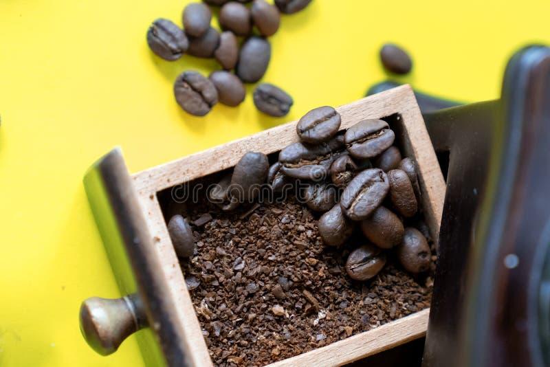 selektiva kaffebönor för bästa sikt och krossad kaffeböna arkivfoto