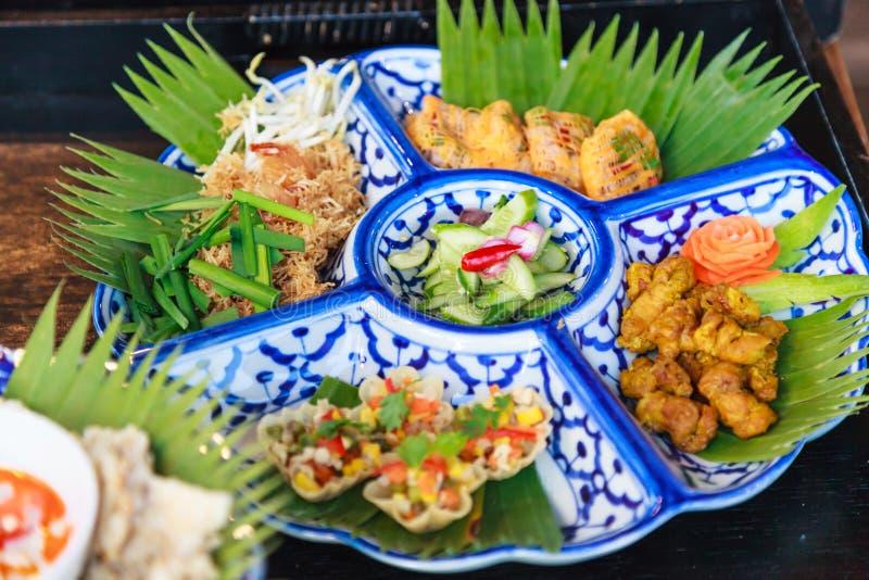 Selektive fokussierte Thailand-Küchenahrungsmittelservierplatte; MI-krop traditionelle thailändische knusperige Reis-Nudeln, Gelb lizenzfreie stockfotos