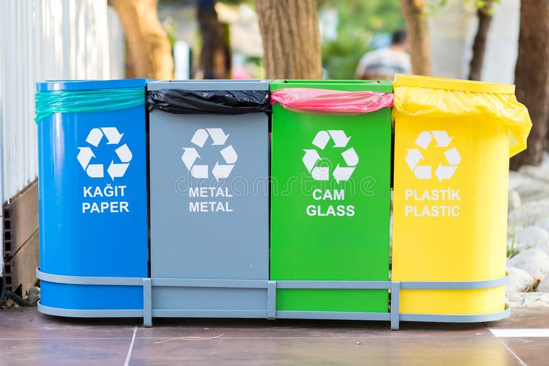Selektive Sammlung Abfall farbige Behälter mit Aufschriften auf Türkisch und Englisch für unterschiedlichen Abfall stockfotos