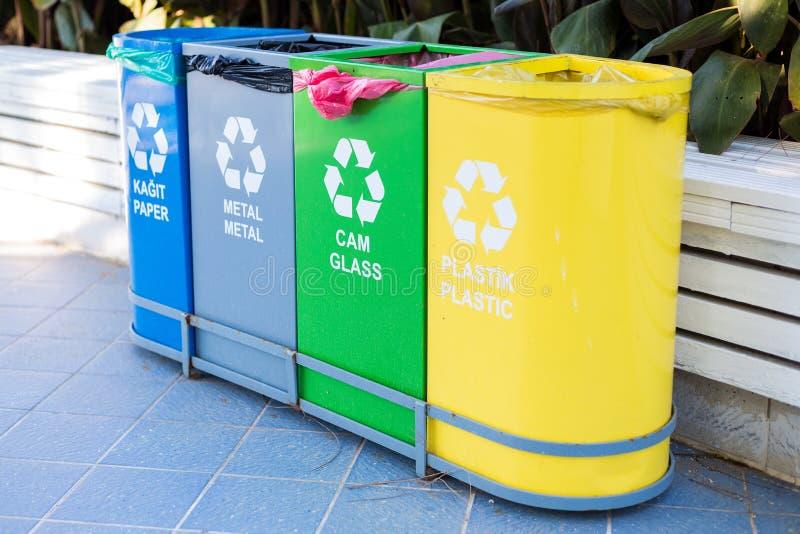 Selektive Sammlung Abfall farbige Behälter mit Aufschriften auf Türkisch und Englisch für unterschiedlichen Abfall lizenzfreie stockfotos