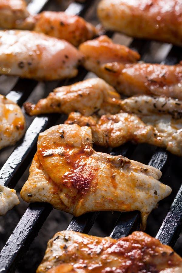 Selektiver Fokus auf den Hühnerbrüsten, die auf dem Grillgrill braten stockfotos