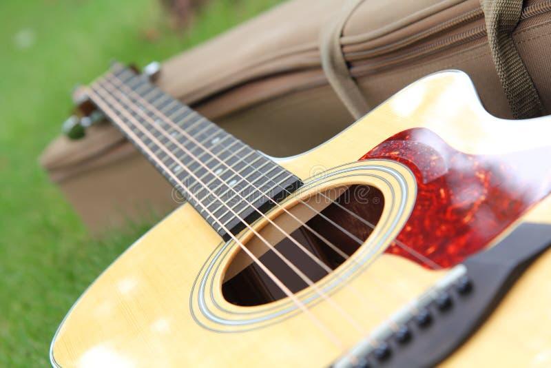 Selektiver Fokus an der Akustikgitarre lizenzfreie stockfotografie
