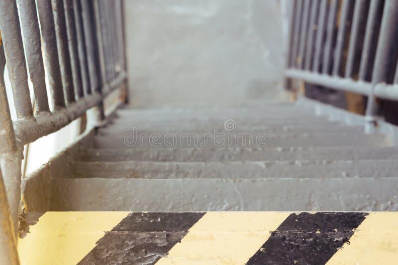Selektiver Fokus der alten und rostigen Eisentreppe auf Fähre und b lizenzfreies stockfoto