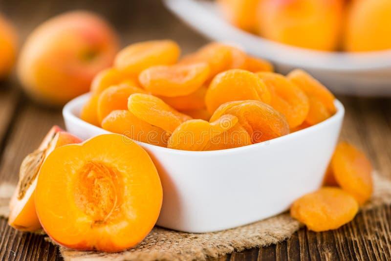 Selektiver Fokus der getrockneten Aprikosen auf hölzernem Hintergrund der Weinlese lizenzfreie stockfotografie