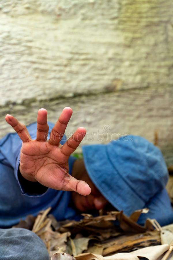 Selektiver Fokus der obdachlosen schmutzigen Hand in verlassenem Haus Er, den er versuchte, seine Hand anzuheben, um Gefahr am k? lizenzfreie stockfotografie