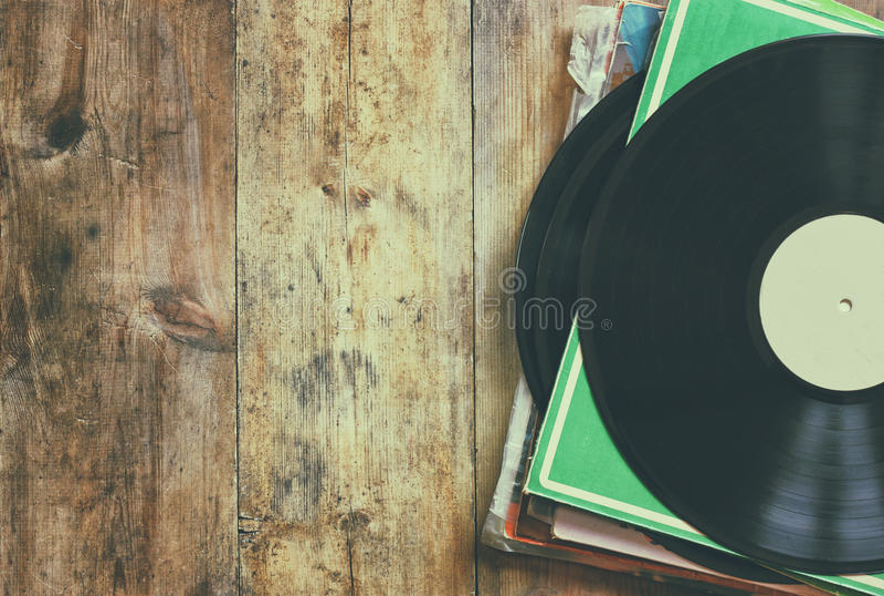 Selektiver Fokus des Aufzeichnungsstapels mit Aufzeichnung auf die Oberseite über Holztisch Weinlese gefiltert stockbild