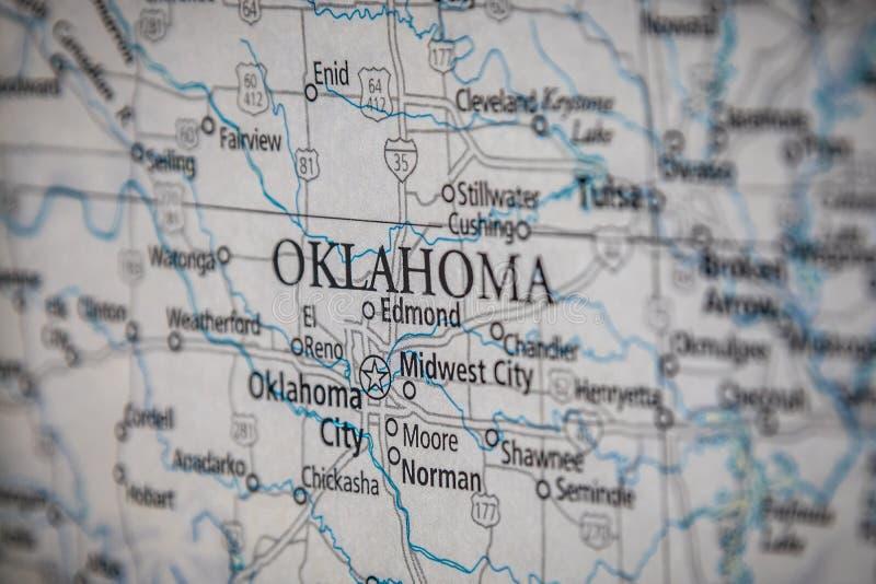 Selektiver Fokus des Bundesstaates Oklahoma auf einer geografischen und politischen Staatskarte der USA lizenzfreie stockfotos