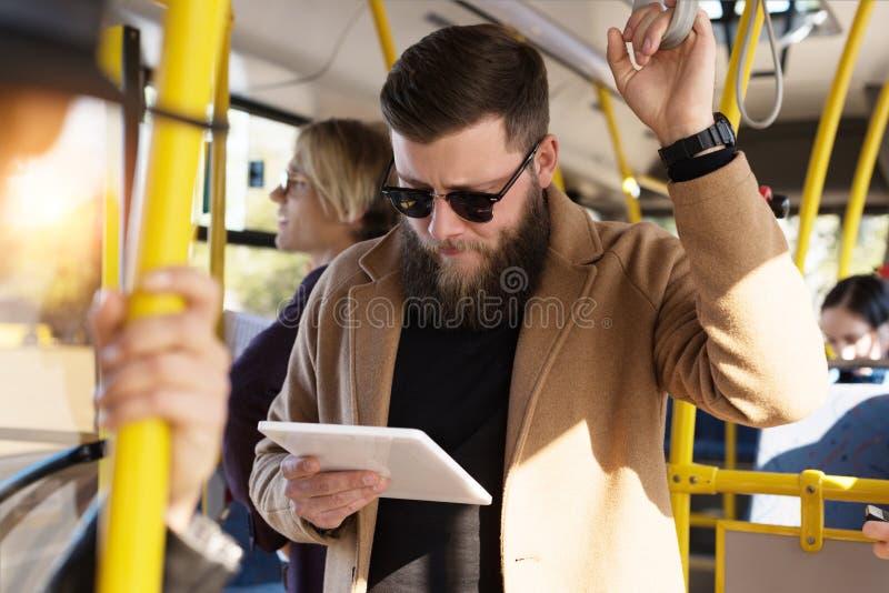 selektiver Fokus des fokussierten Mannes lizenzfreie stockfotos