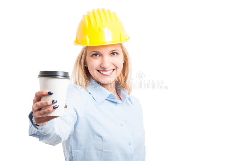 Selektiver Fokus des Fraueningenieurs Kaffee zum Mitnehmen-Schale zeigend lizenzfreie stockbilder