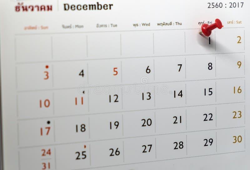 Selektiver Fokus einer roten Stoßstiftmarkierung auf Kalendertag lizenzfreie stockbilder