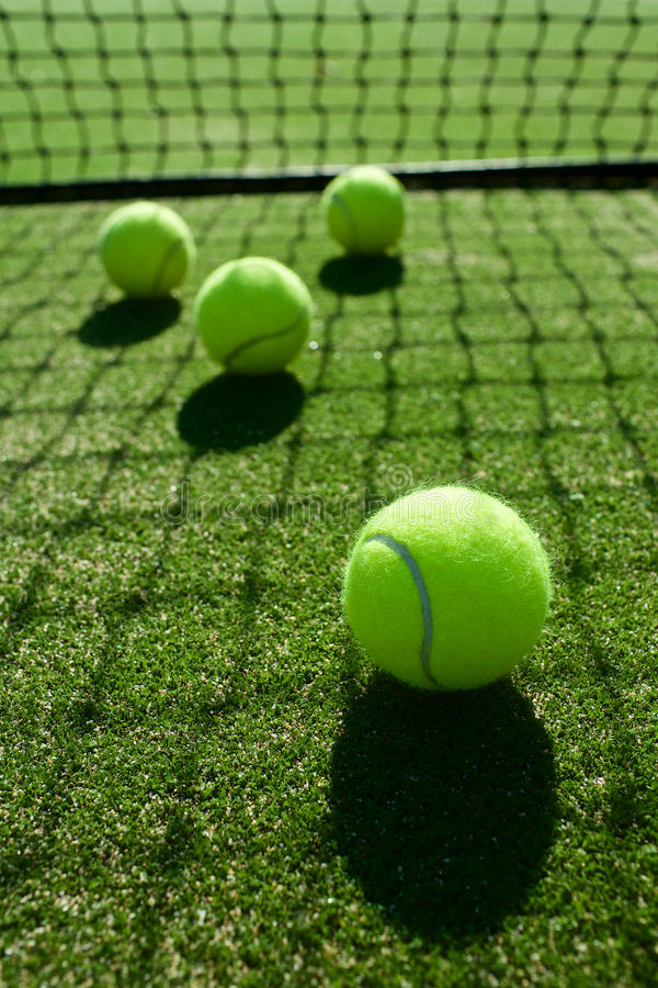Selektiver Fokus Tennisballrücklichtschatten auf Tennisgras c stockfotos