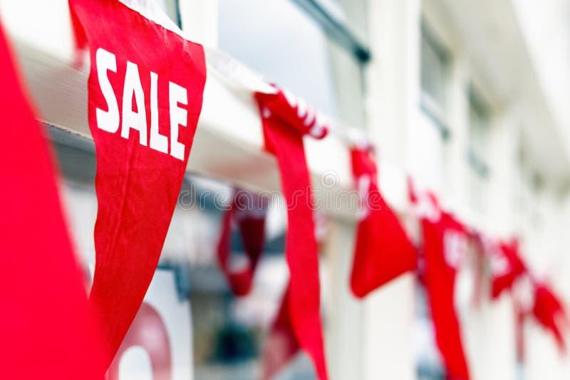 Selektiver Fokus, Verkaufsflagge außerhalb eines Geschäftes lizenzfreie stockfotografie