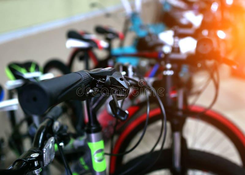 Selektiver Fokus von den bunten Kinderfahrrädern, die für Verkauf in einem Supermarkt angezeigt werden lizenzfreies stockbild