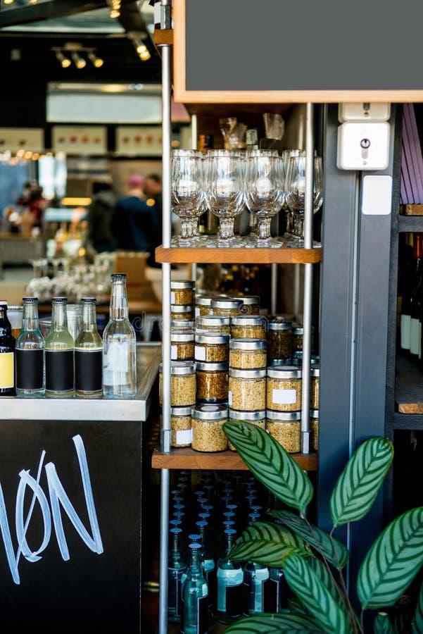 selektiver Fokus von Regalen mit Gläsern mit Getreide, Gläsern und Flaschen lizenzfreie stockfotografie