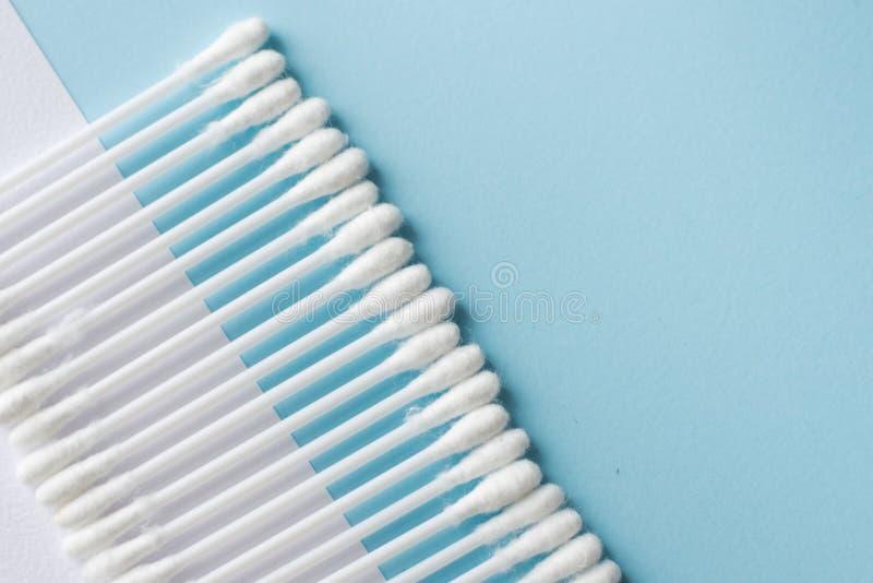 Selektiver Fokus von weißen Baumwollknospen oder -Wattestäbchen auf blauem Hintergrund Kopieren Sie Platz lizenzfreies stockbild