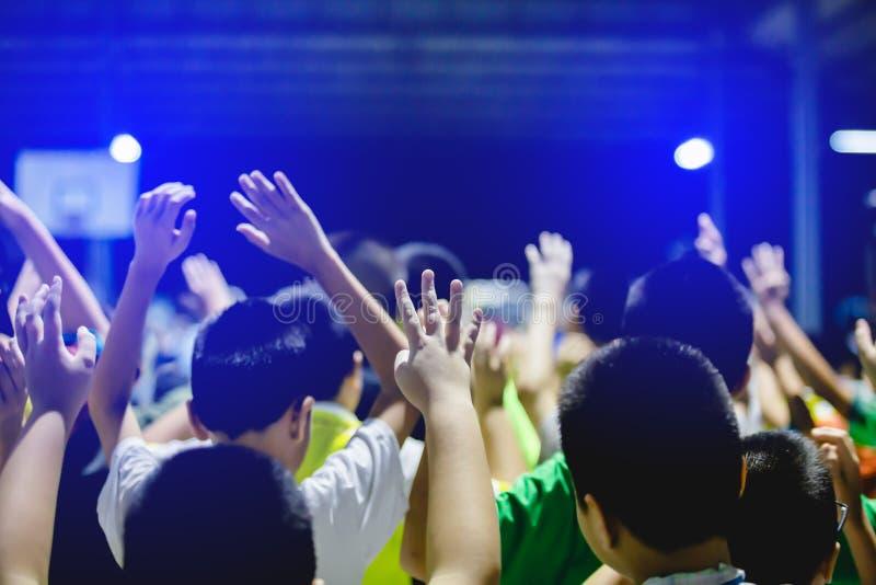 Selektiver Fokus zu den asiatischen Jungenhänden oben oder zu angehobenen Händen stockfoto