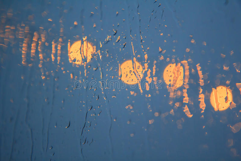 Selektiver Fokus, zum des Tropfens auf dem Glas zu regnen lizenzfreie stockbilder
