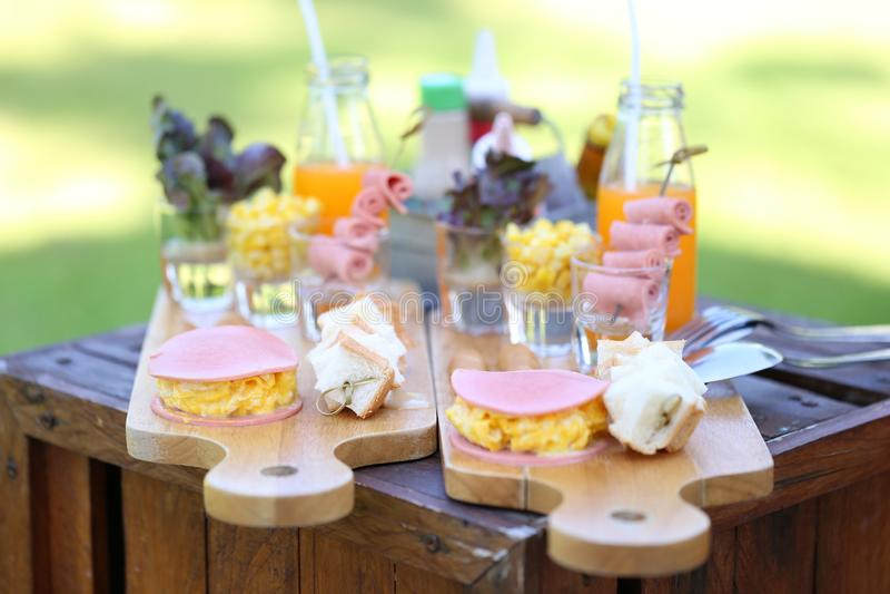 Selektives focuse des Frühstücks auf Tabelle morgens für zwei im Luxushotel stockfoto