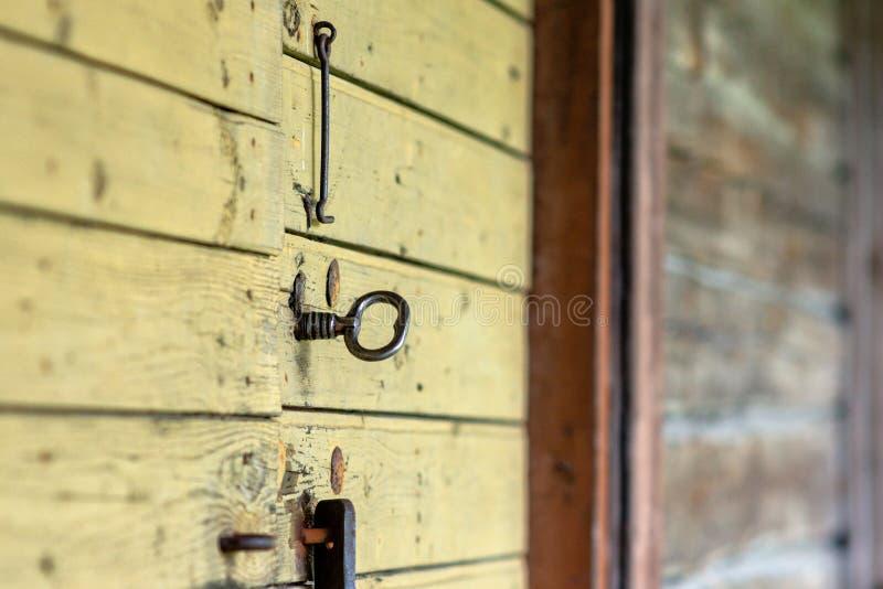 Selektivt fokusera En gammal ladugård med trädörrar och en tangent royaltyfria bilder