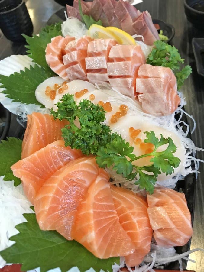 Selektivt som fokuseras på japansk matkokkonstgourmet: uppläggningsfat av kött för rå fisk för sashimi nytt inklusive laxen, fett arkivfoto