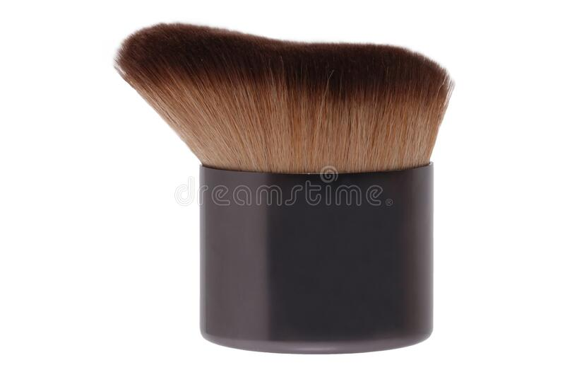 Selektywna koncentracja na brązowym czystym profesjonalnym pędzlu do makijażu, wyizolowanym na białym tle Piękno koncepcji Makro obraz stock