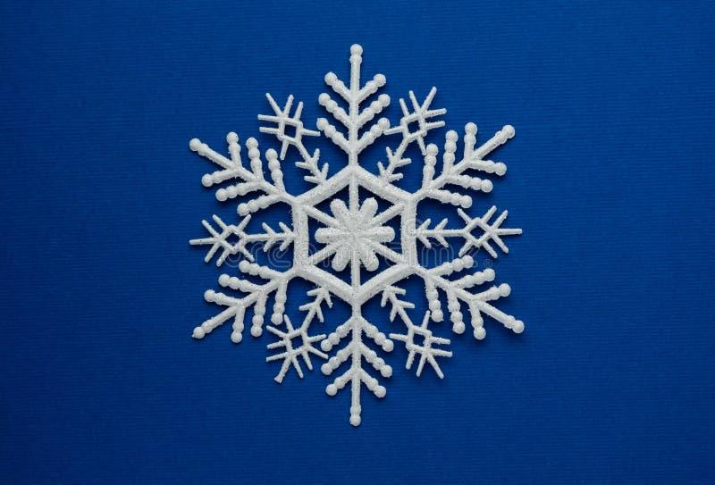 selektywna ostrość, biały ozdobny płatek śniegu zdjęcie stock