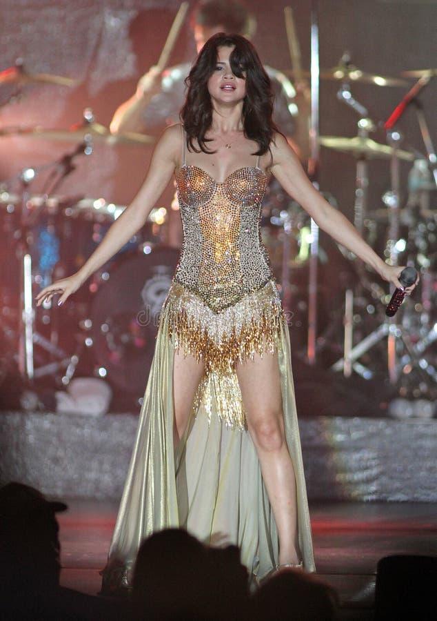 Selena Gomez presteert in overleg stock afbeelding