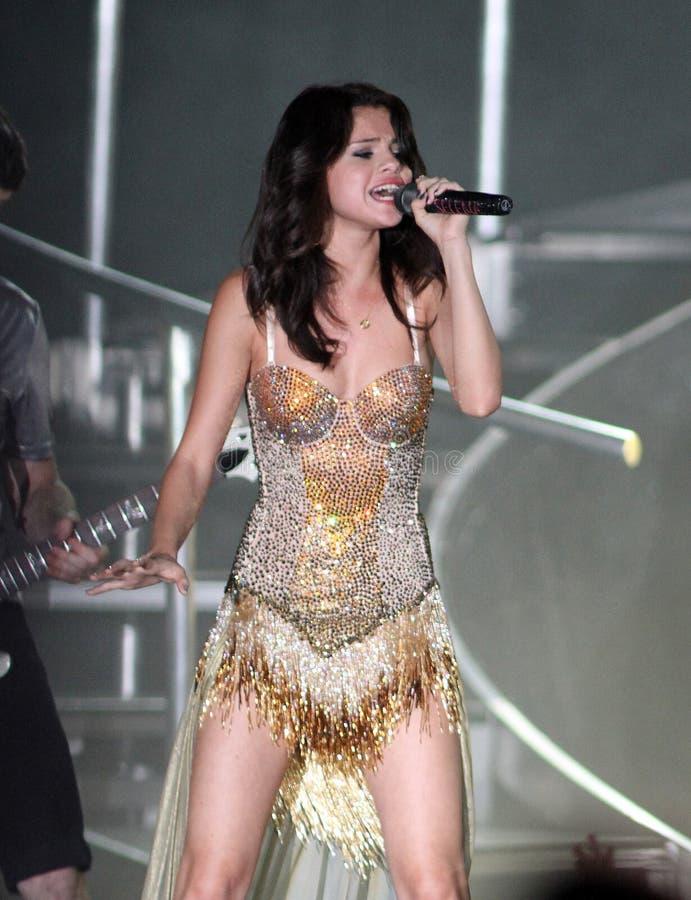 Selena Gomez se realiza en concierto imágenes de archivo libres de regalías