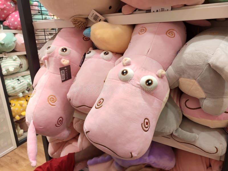 Seletivos focalizados de ursos de peluche e de outros brinquedos macios dos caráteres foram indicados em prateleiras para a venda fotos de stock royalty free