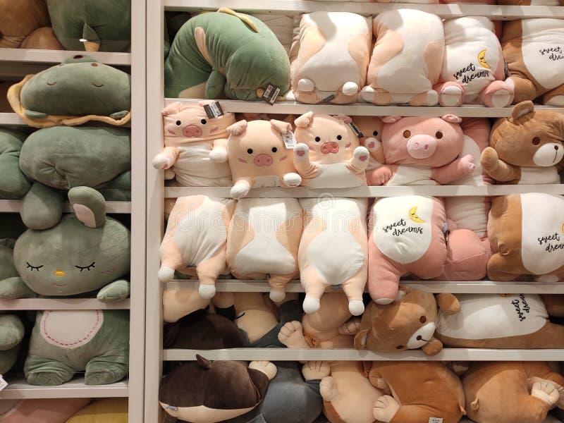 Seletivos focalizados de ursos de peluche e de outros brinquedos macios dos caráteres foram indicados em prateleiras para a venda imagem de stock