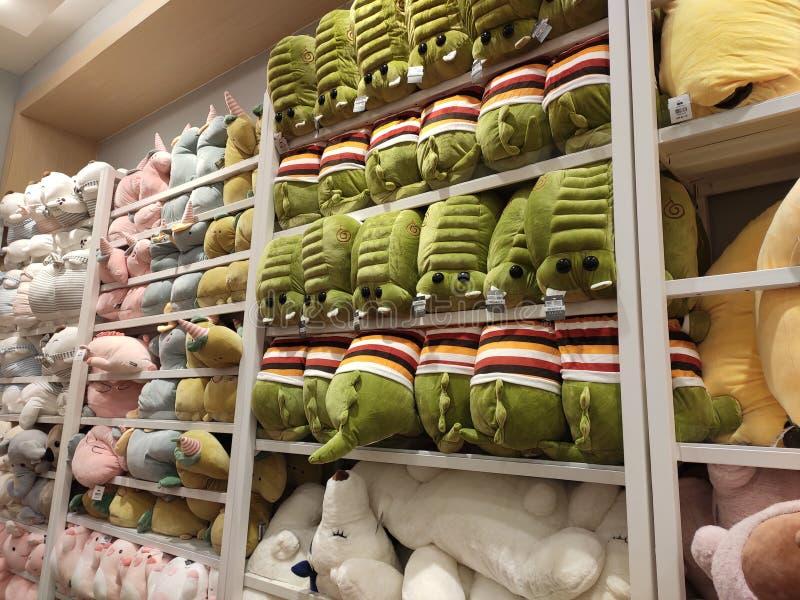 Seletivos focalizados de ursos de peluche e de outros brinquedos macios dos caráteres foram indicados em prateleiras para a venda fotografia de stock