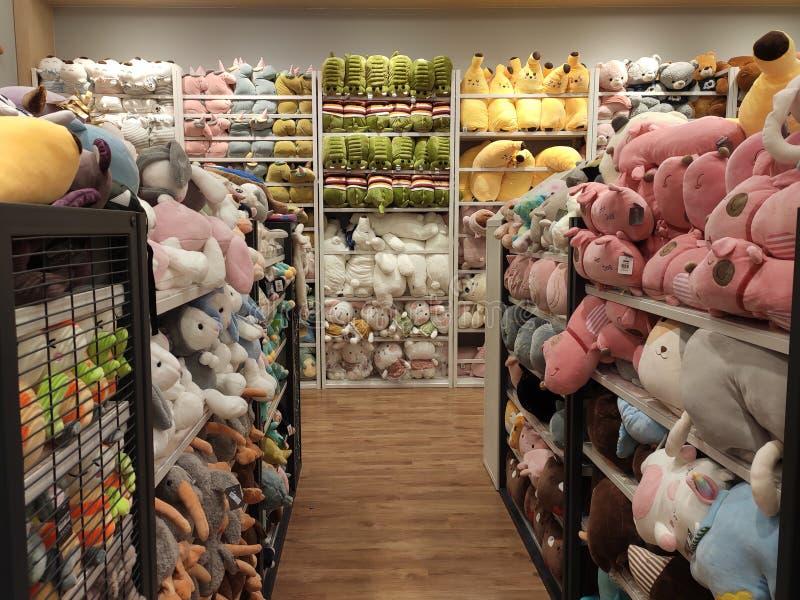 Seletivos focalizados de ursos de peluche e de outros brinquedos macios dos caráteres foram indicados em prateleiras para a venda imagens de stock royalty free