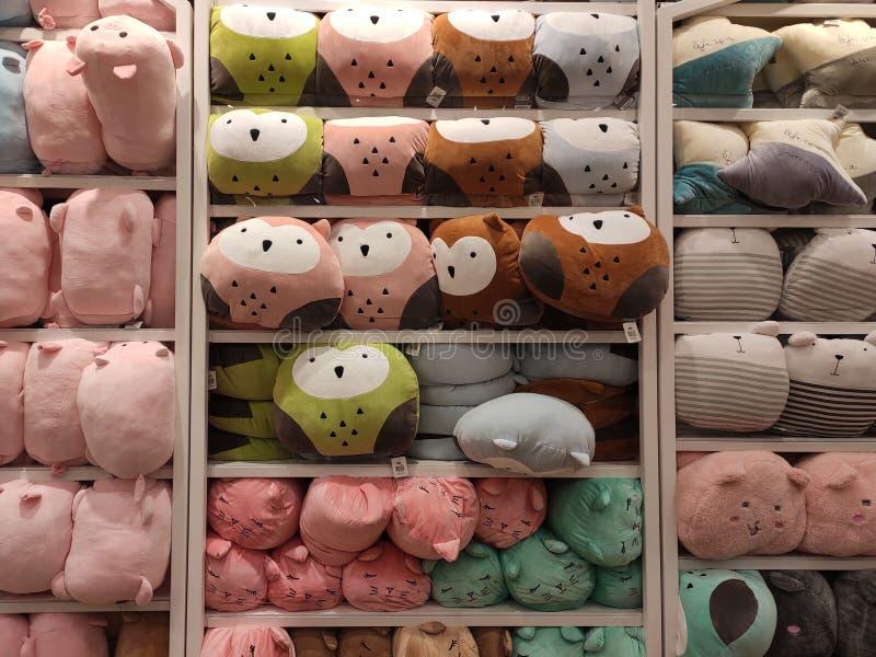 Seletivos focalizados de ursos de peluche e de outros brinquedos macios dos caráteres foram indicados em prateleiras para a venda imagem de stock royalty free