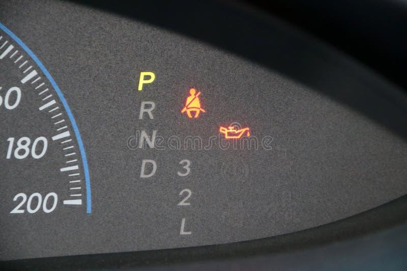 Seletor do carro com números que atuam velocidade e com engrenagem A iluminação no estacionamento com símbolo do uso do cinto de  fotos de stock royalty free