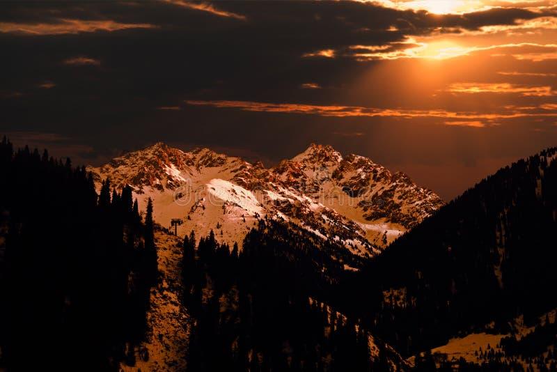 Selezionamento della montagna colorato con l'indicatore luminoso di tramonto fotografia stock libera da diritti