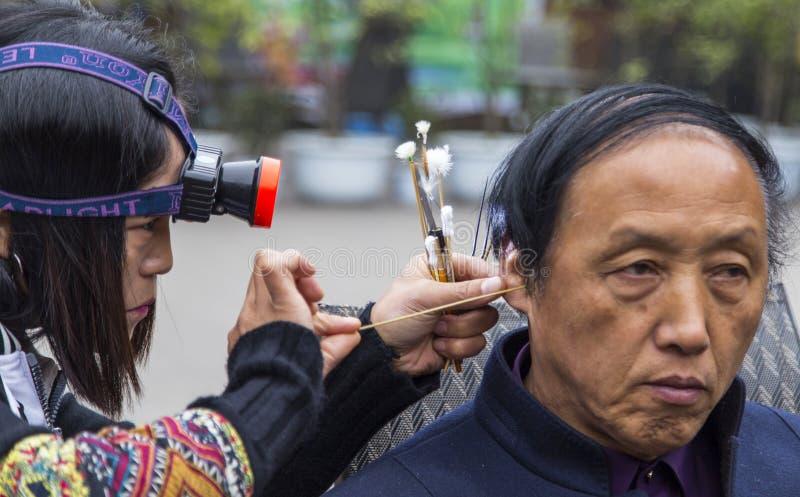 Selezionamento delle orecchie del ` s dell'uomo nel huanglongxie, Chengdu, porcellana fotografia stock libera da diritti