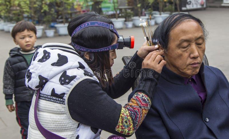 Selezionamento delle orecchie del ` s dell'uomo nel huanglongxie, Chengdu, porcellana fotografia stock