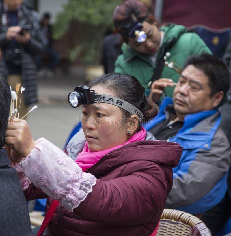 Selezionamento delle orecchie del ` s dell'uomo nel huanglongxie, Chengdu, porcellana immagini stock