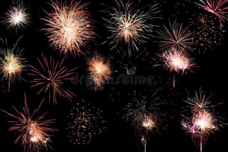 Selezione assortita variopinta dei fuochi d'artificio su un fondo nero illustrazione di stock