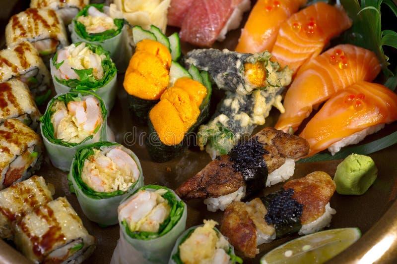 Download Selezione Choice Dell'assortimento Di Miscuglio Dei Sushi Freschi Fotografia Stock - Immagine di alimento, gamberetto: 55360388