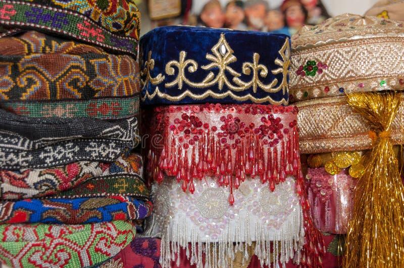 Selezione dei cappelli tradizionali da vendere, Buchara, l'Uzbekistan fotografie stock libere da diritti