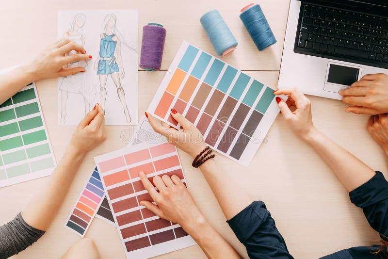 Selezione dei colori e cucire le corde per i vestiti fotografia stock libera da diritti