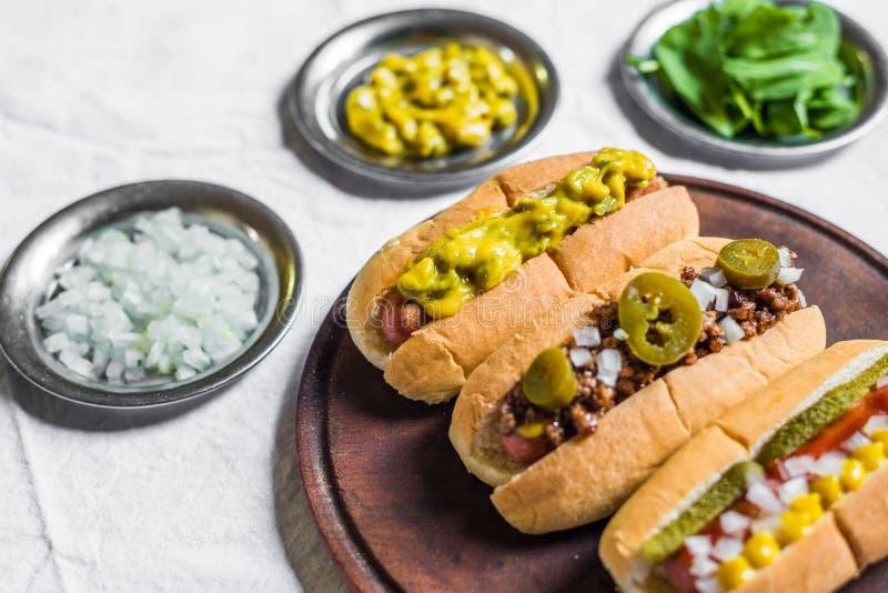 Selezione dei hot dog classici contro fondo bianco fotografia stock libera da diritti