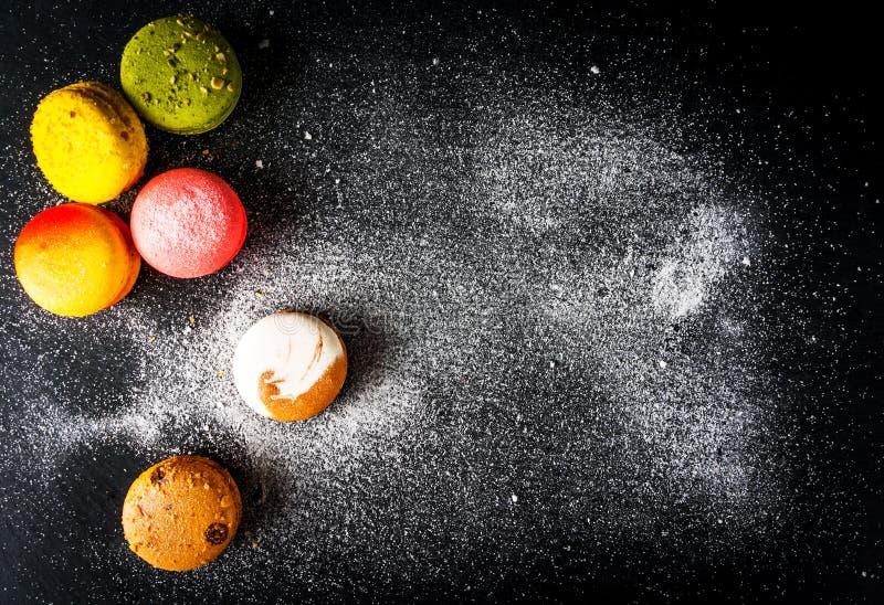 Selezione dei macarons variopinti dei dolci fotografia stock