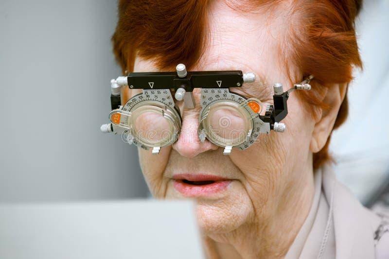 Selezione dei vetri una donna anziana immagini stock