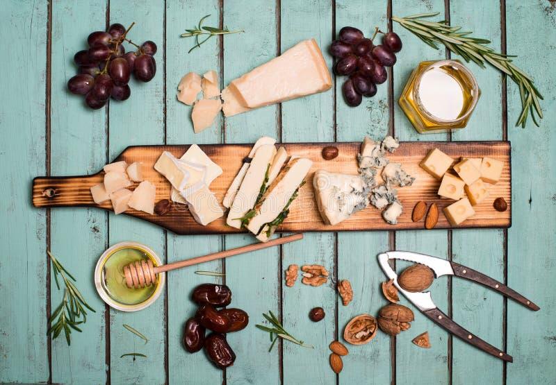 Selezione del formaggio sul bordo rustico di legno Vassoio del formaggio con dif fotografia stock